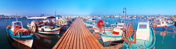 Puerto con los barcos de pesca Fotos de archivo libres de regalías