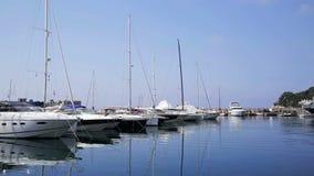 Puerto con los yates y los barcos del soldado almacen de metraje de vídeo