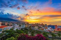 Puerto de Ла Cruz, Тенерифе, Канарские острова, Испания: Взгляд над городом на времени захода солнца стоковые изображения rf