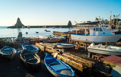 Puerto de Acitrezza con el barco viejo Imágenes de archivo libres de regalías