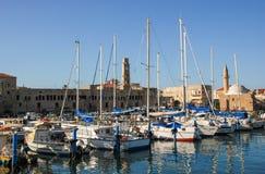 Puerto de acre, Israel Con la mezquita de los barcos y la ciudad vieja en el fondo imágenes de archivo libres de regalías