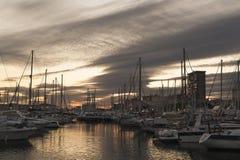 Puerto de Alicante durante una puesta del sol fría del invierno imagenes de archivo