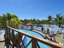 Puerto de Amber Cover Cruise en Puerto Plata, República Dominicana - 12/12/17 - gente en el área de piscina en Amber Cove Imagen de archivo libre de regalías