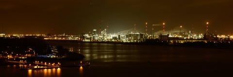 Puerto de Amberes por noche foto de archivo