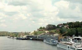 Puerto de Belgrado con la opinión sobre la fortaleza de Kalemegdan Foto de archivo libre de regalías