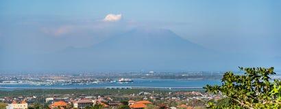 Puerto de Benoa con el soporte Agung en el fondo fotografía de archivo libre de regalías