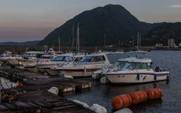 Puerto de Beppu con los barcos y la montaña en el fondo por la tarde Beppu, prefectura de Oita, Japón, Asia foto de archivo libre de regalías
