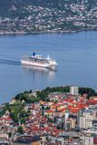 Puerto de Bergen con los barcos de cruceros en Noruega, sitio del patrimonio mundial de la UNESCO Fotos de archivo