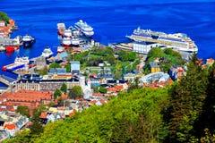 Puerto de Bergen y de los trazadores de líneas de la travesía en el puerto Imágenes de archivo libres de regalías