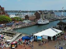 Puerto de Boston por completo de turistas durante la estación de viaje ocupada de las vacaciones de verano Imagen de archivo libre de regalías