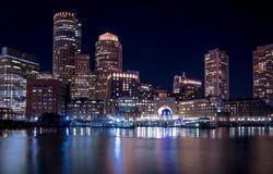 Puerto de Boston y horizonte financiero del distrito en la noche - Boston, Massachusetts, los E.E.U.U. fotos de archivo