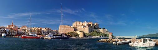 Puerto de Calvi con la ciudadela en el fondo Córcega foto de archivo