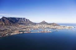 Puerto de Cape Town y montaña de la tabla Fotos de archivo