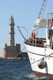 Puerto de Chania con el barco y el faro veneciano crete imagenes de archivo