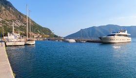Puerto de ciudad de Risan, bahía de Kotor Fotos de archivo
