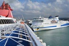 Puerto de Civitavecchia por Roma, Italia Barcos de cruceros en el mar Fotografía de archivo