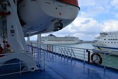 Puerto de Civitavecchia por Roma, Italia Barcos de cruceros en el mar Imagenes de archivo