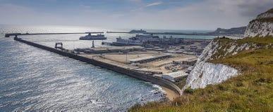 Puerto de Dover y acantilados blancos Foto de archivo libre de regalías