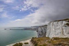 Puerto de Dover y acantilados blancos Fotografía de archivo