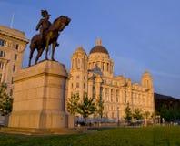Puerto de edificio de Liverpool y estatua ecuestre de rey Edward VII Fotografía de archivo