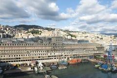 Puerto de Génova con la ciudad en el fondo Foto de archivo