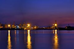 Puerto de Gaoxiong en la oscuridad imagenes de archivo