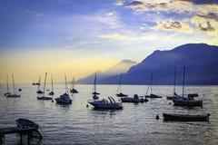 Puerto de Garda del lago en la puesta del sol con los barcos Foto de archivo