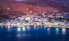 Puerto de Gavrio por noche en la isla de Andros en Grecia imagen de archivo