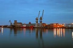 Puerto de Gdansk en la oscuridad Foto de archivo libre de regalías