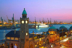 Puerto de Hamburgo después de la puesta del sol Foto de archivo libre de regalías