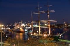 Puerto de Hamburgo en la noche imagen de archivo