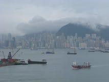 Puerto de Hong King en la niebla y las nubes Imagen de archivo