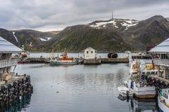 Puerto de Honningsvag en el marco finlandés, Noruega Fotografía de archivo