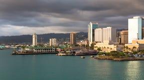 Puerto de Honolulu en la puesta del sol Foto de archivo libre de regalías