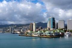 Puerto de Honolulu, Hawaii y puerto de la travesía imagen de archivo libre de regalías