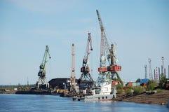 Puerto de la ciudad con el carbón en el río interior Rusia de Kolyma Fotos de archivo libres de regalías