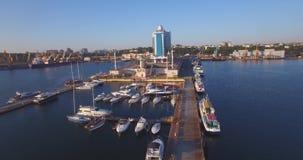 Puerto de la ciudad en salida del sol Visión aérea urbana almacen de video