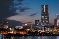 Puerto de la ciudad de Yokohama en la puesta del sol en la víspera de la Navidad imagen de archivo