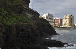 Puerto de la Cruz con gli hotel e la spiaggia nel fondo Fotografie Stock