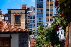 2019-03-21 Puerto de la Cruz, Santa Cruz de Tenerife Viejo y nuevo cerca de uno a opiniones de la ciudad de Puerto de la Cruz fotos de archivo