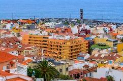 Puerto de la Cruz, Spanien, 02/05/2015 - ein Überblick über das Stadtzentrum von einem erhöhten Standort stockbild