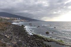 Puerto de la Cruz, Ténérife, Îles Canaries - la vue des maisons colorées, la mer et le volcanique-sable échouent Plage noire dans image stock