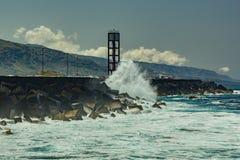 Puerto de la Cruz, Tenerife - April 12, 2017: mening van townscape en de kustlijn op een zonnige dag Overzeese vuurtoren en sterk stock fotografie