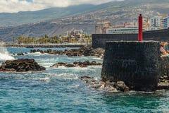 Puerto De La Cruz, Tenerife Hiszpania, Lipiec, - 10, 2019: Stary port miasteczko jest popularnym atrakcją turystyczną ulubionym m obrazy royalty free