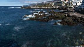 PUERTO DE LA CRUZ TENERIFE, HISZPANIA, LUTY,/- 24 2018: OCEAN fala czasu upływ zbiory