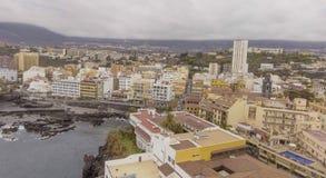 PUERTO DE LA CRUZ, TENERIFE - SEPTIEMBRE DE 2016: Opinión aérea de la ciudad Foto de archivo libre de regalías