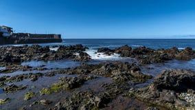 PUERTO DE LA CRUZ, TENERIFE/SPANJE - FEBRUARI 24 2018: DE OCEAANtijdspanne VAN DE GOLVENtijd stock videobeelden