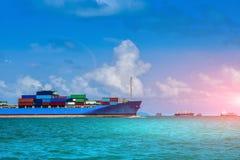 Puerto de la forma de la navegación del buque de carga al océano Fotografía de archivo libre de regalías