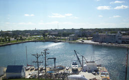 Puerto de la pequeña ciudad imagen de archivo libre de regalías