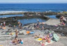 Puerto de las Nieves水池的游人在大加那利岛 库存图片